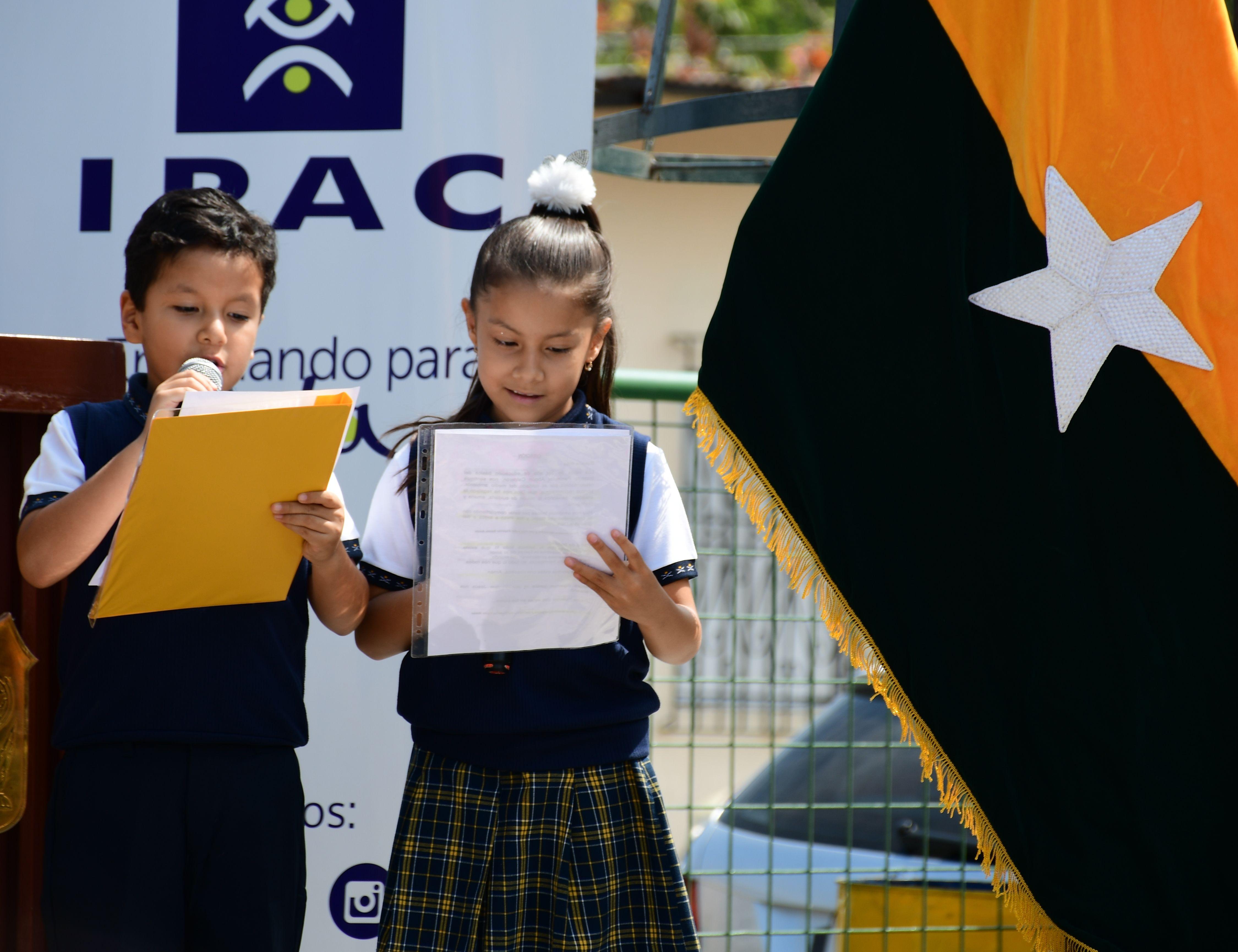 """Maestros de Ceremonia Isaac Vera y Samantha Ochoa de 3ro """"B"""""""