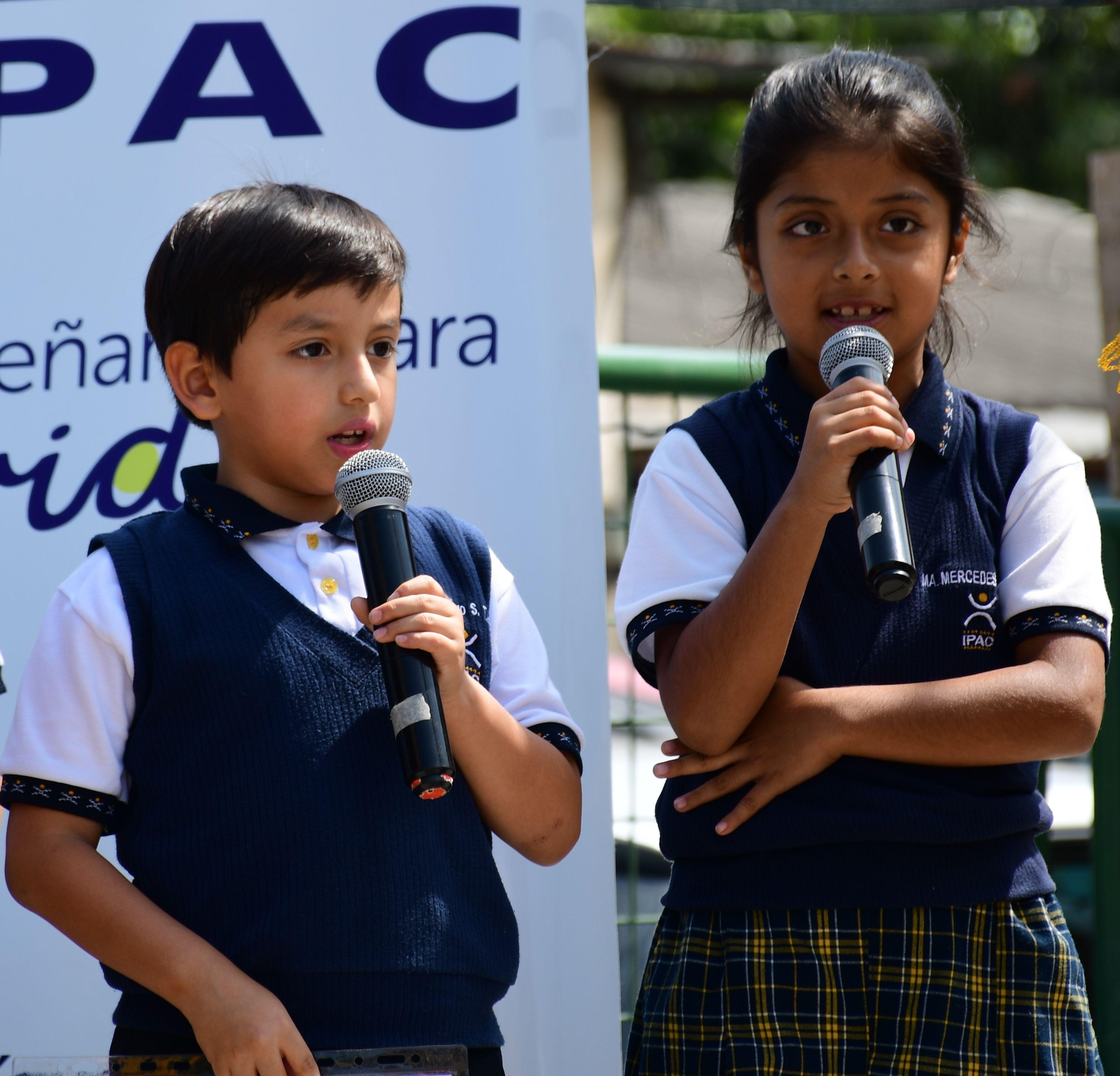 """Oración a cargo de los estudiantes Santiago Sánchez de 3ro """"A"""" y Ma. Mercedes Bravo de 3ro """"E"""""""