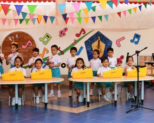 10. Presentaci¢n de la Banda R°tmica de preescolar dirigido por la MSc. Juana Espinoza