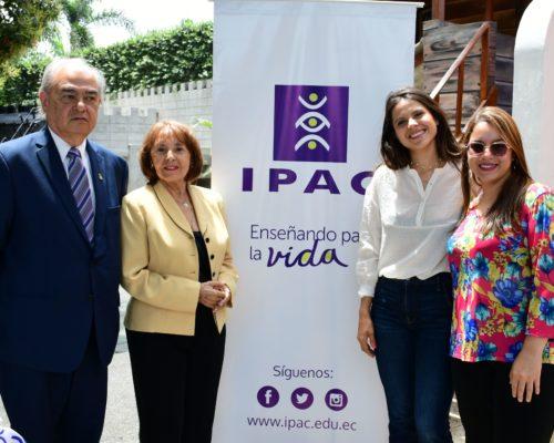 Miembros del Jurado Calificador Beatriz Parra, Luz Pinos y Andrea Jaramillo junto al Dr. Abelardo Garc°a, Director General