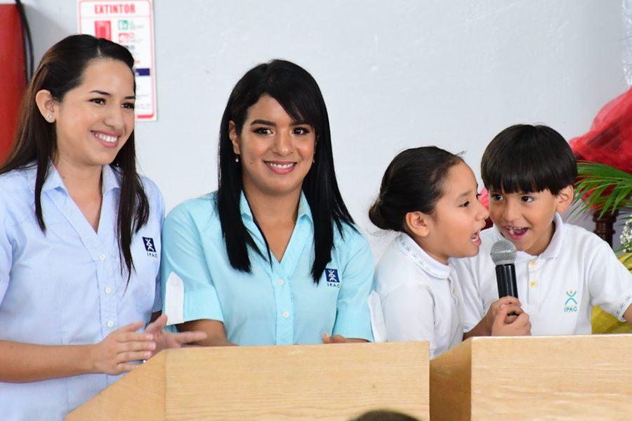 Maestros de ceremonia Mar°a JosÇ Alvarado (FrancÇs), Antonella Mora(InglÇs), Emily Cede§o (1¯ de B†sica T) MoisÇs Almeida (1¯ de B†sica W)