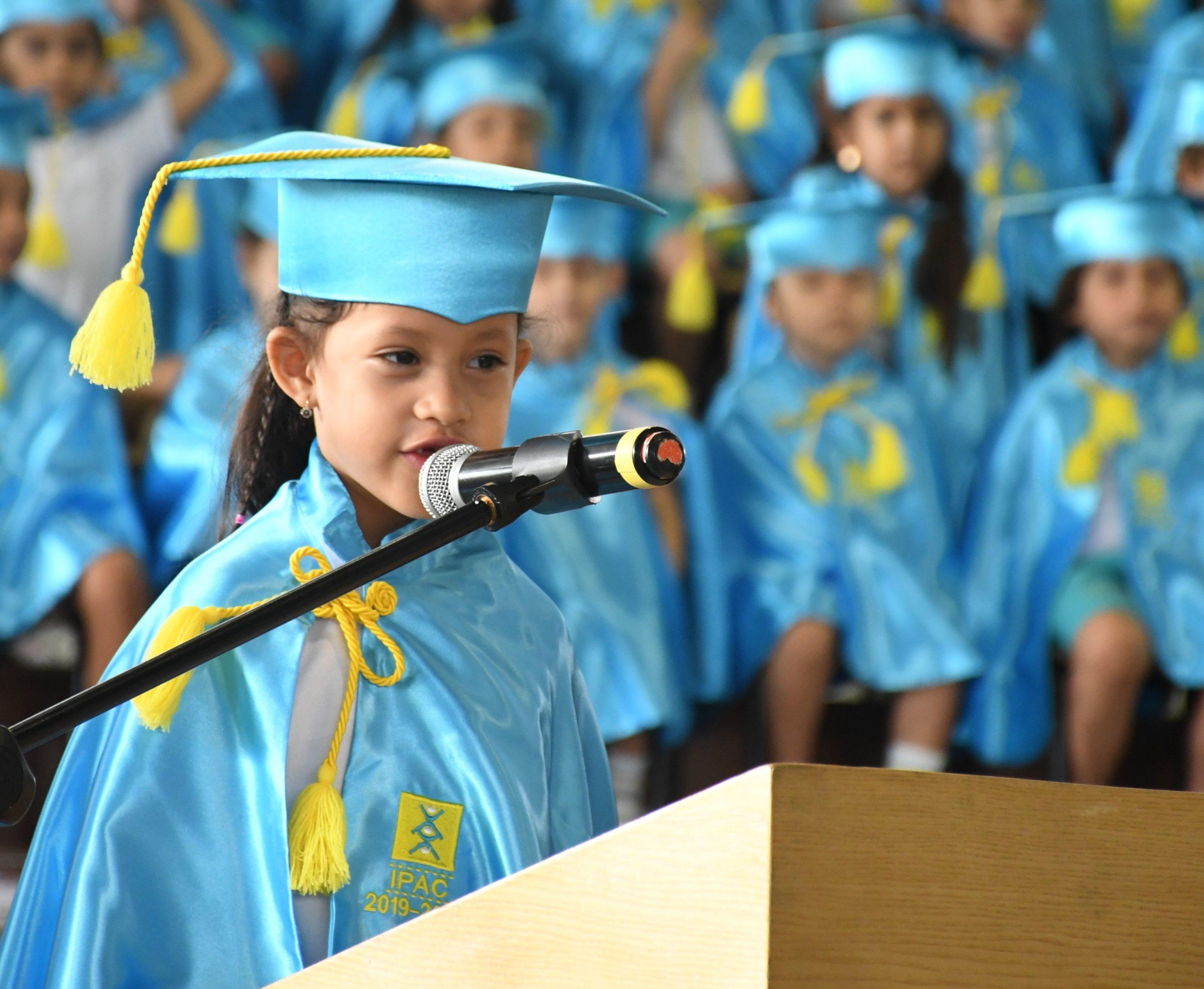 Discurso de culminaci¢n en inglÇs por la estudiante Suyin Asinc 1¯ B†sico W