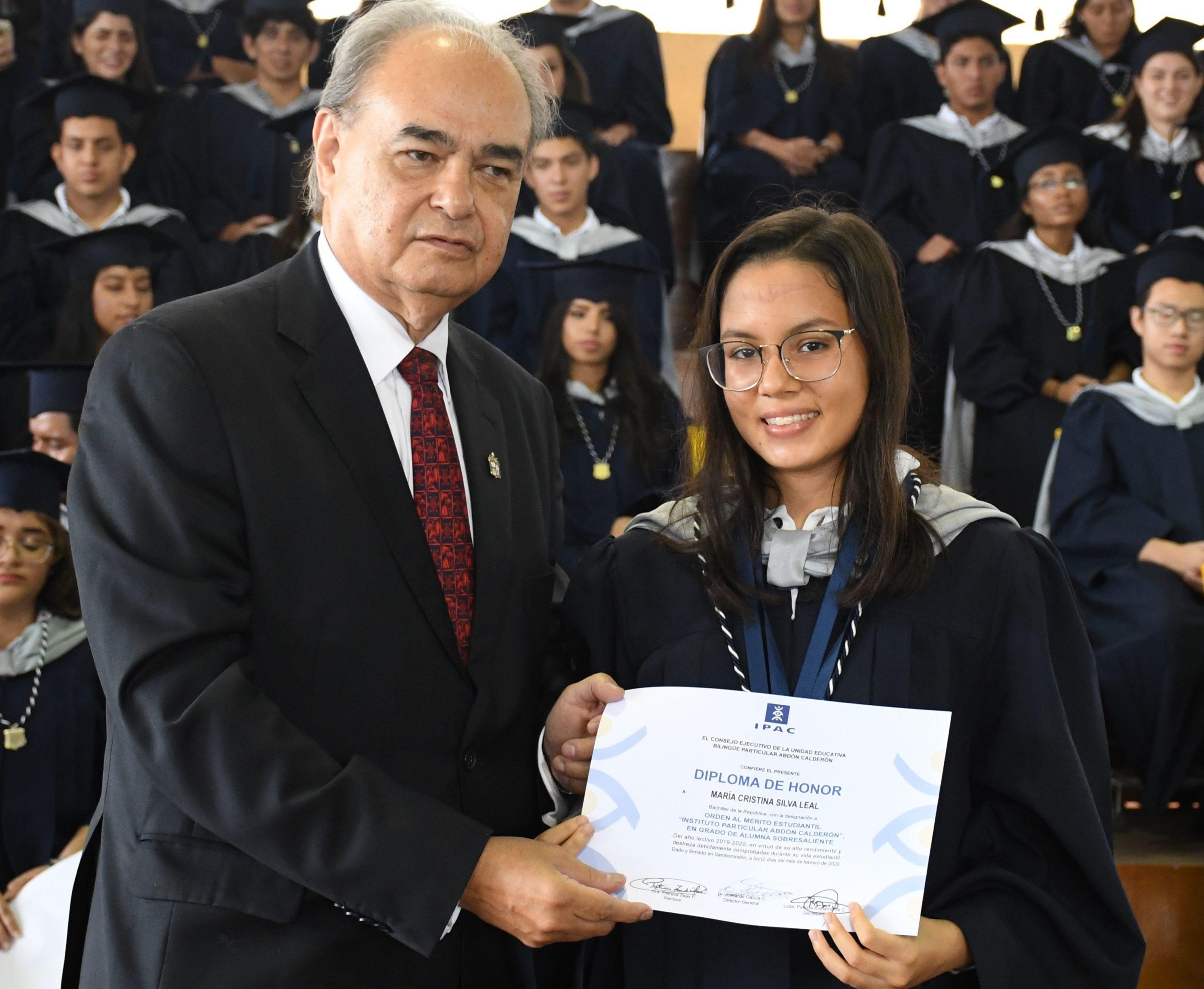 Entrega de reconocimiento Orden al MÇrito Mar°a Cristina Silva Leal junto al Dr. Abelardo Garc°a, Director General