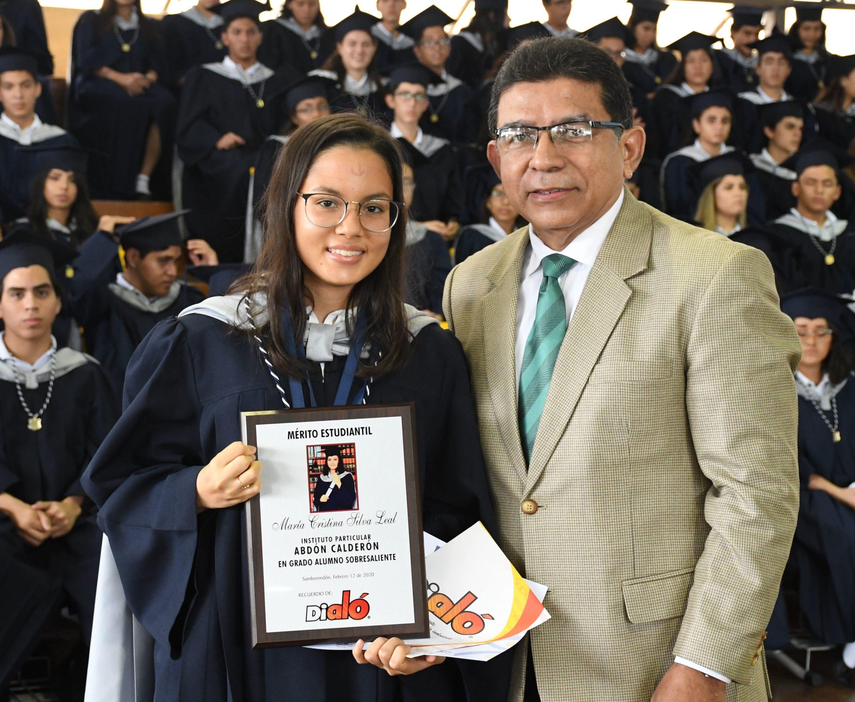 Entrega de reconocimiento Orden al MÇrito a cargo de Econ. Fernando Farf†n Presidente Dial¢
