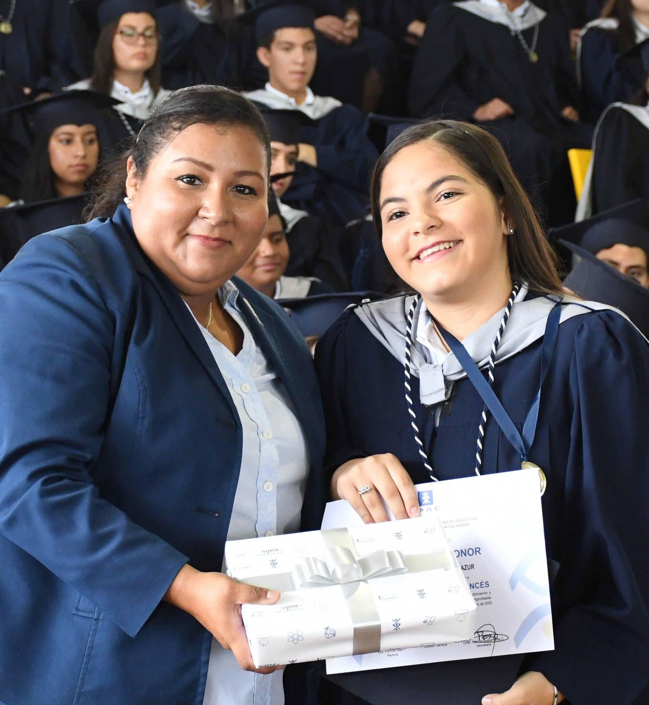 Entrega de reconocimiento a la Mejor Alumna FrancÇs a cargo de la Mme. Raquel Suasti Directora del µrea de FrancÇs