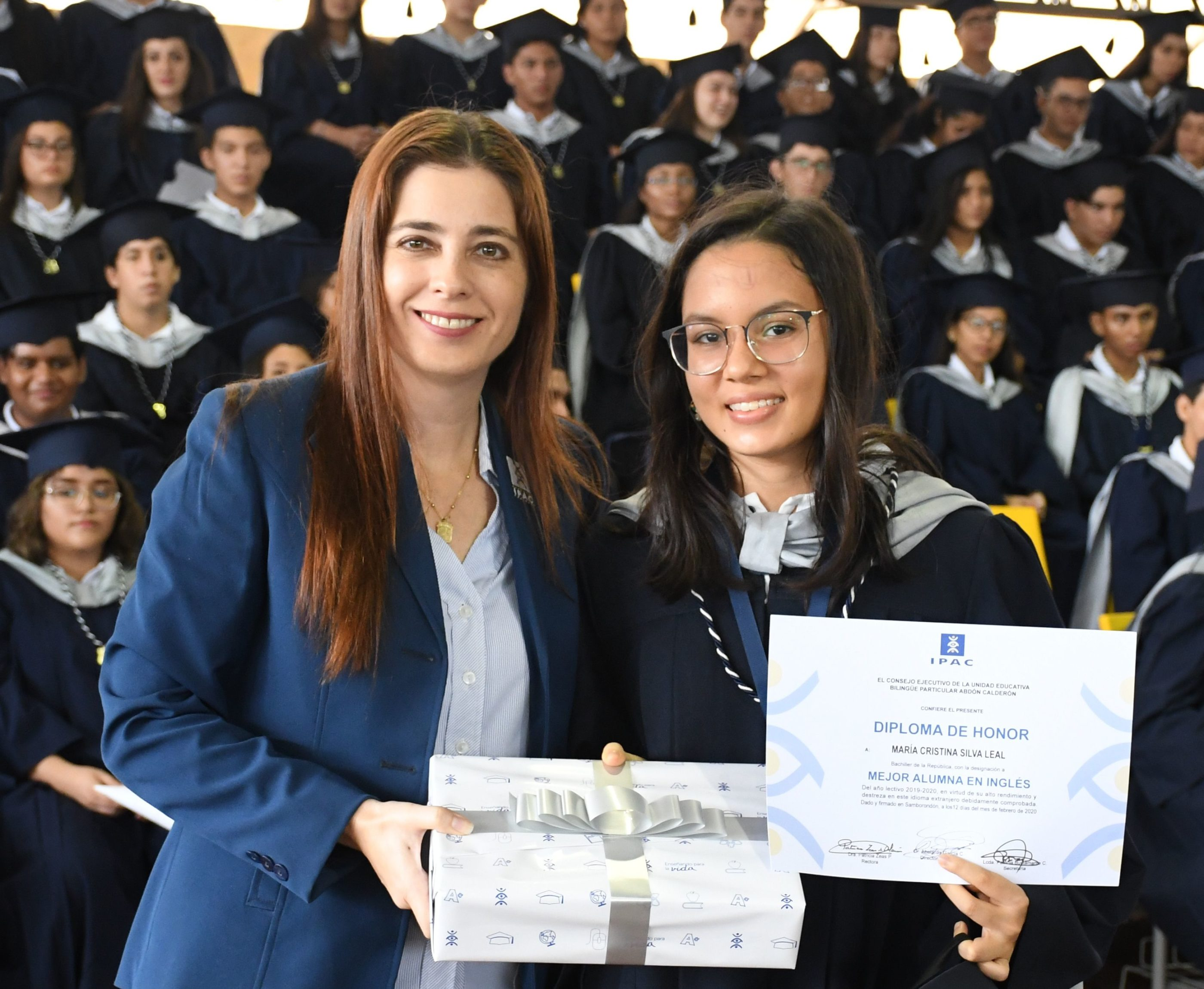 Entrega de reconocimiento a la Mejor Alumna InglÇs a cargo de la MSc. Adriana Malo Coordinadora del µrea de InglÇs