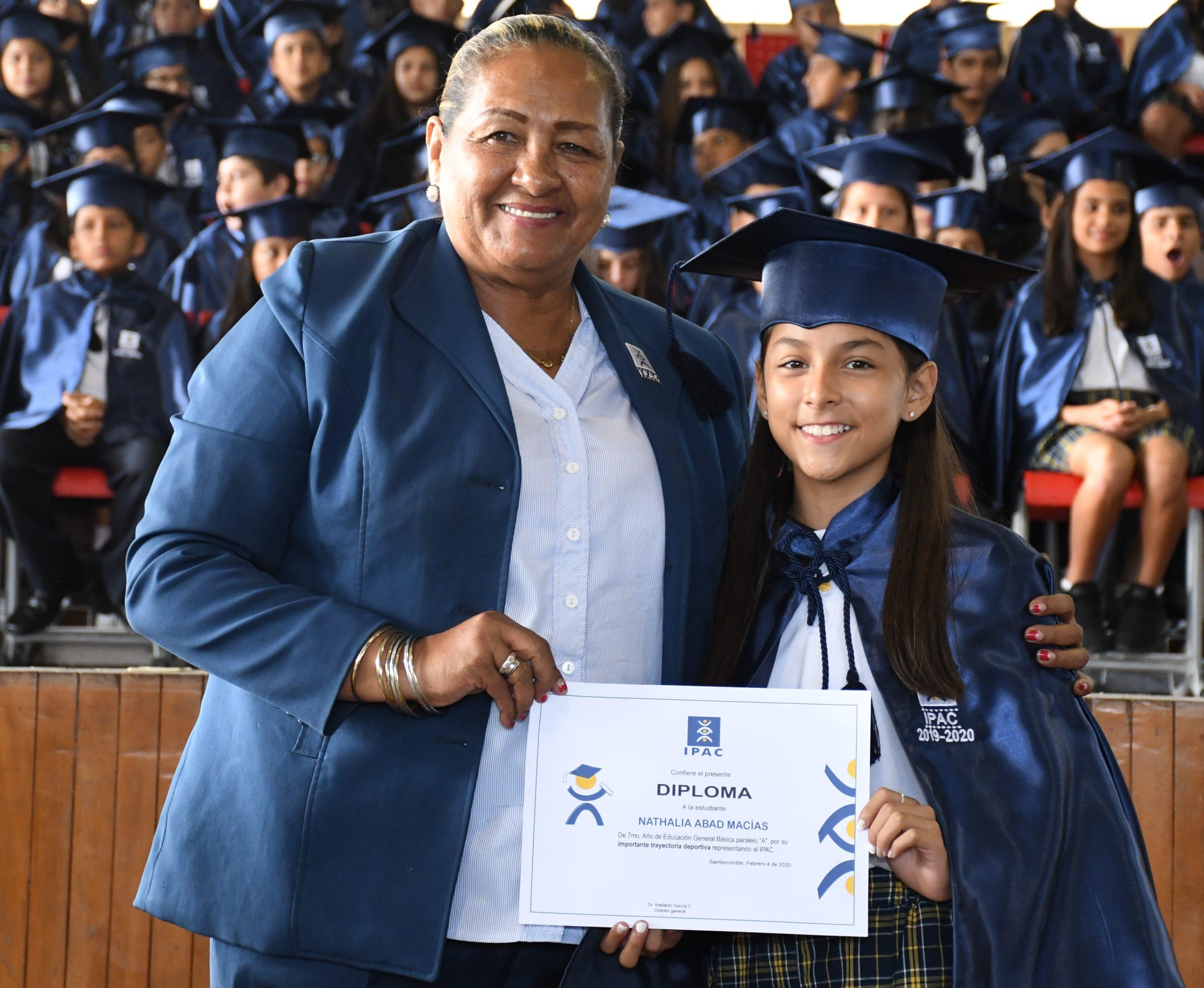 Entrega de reconocimiento a la Mejor Deportista Nathalia Abad Mac°as 7¯ EGB A junto a la Directora del Dpto. de Deportes Lcda. Victoria Piedrahita
