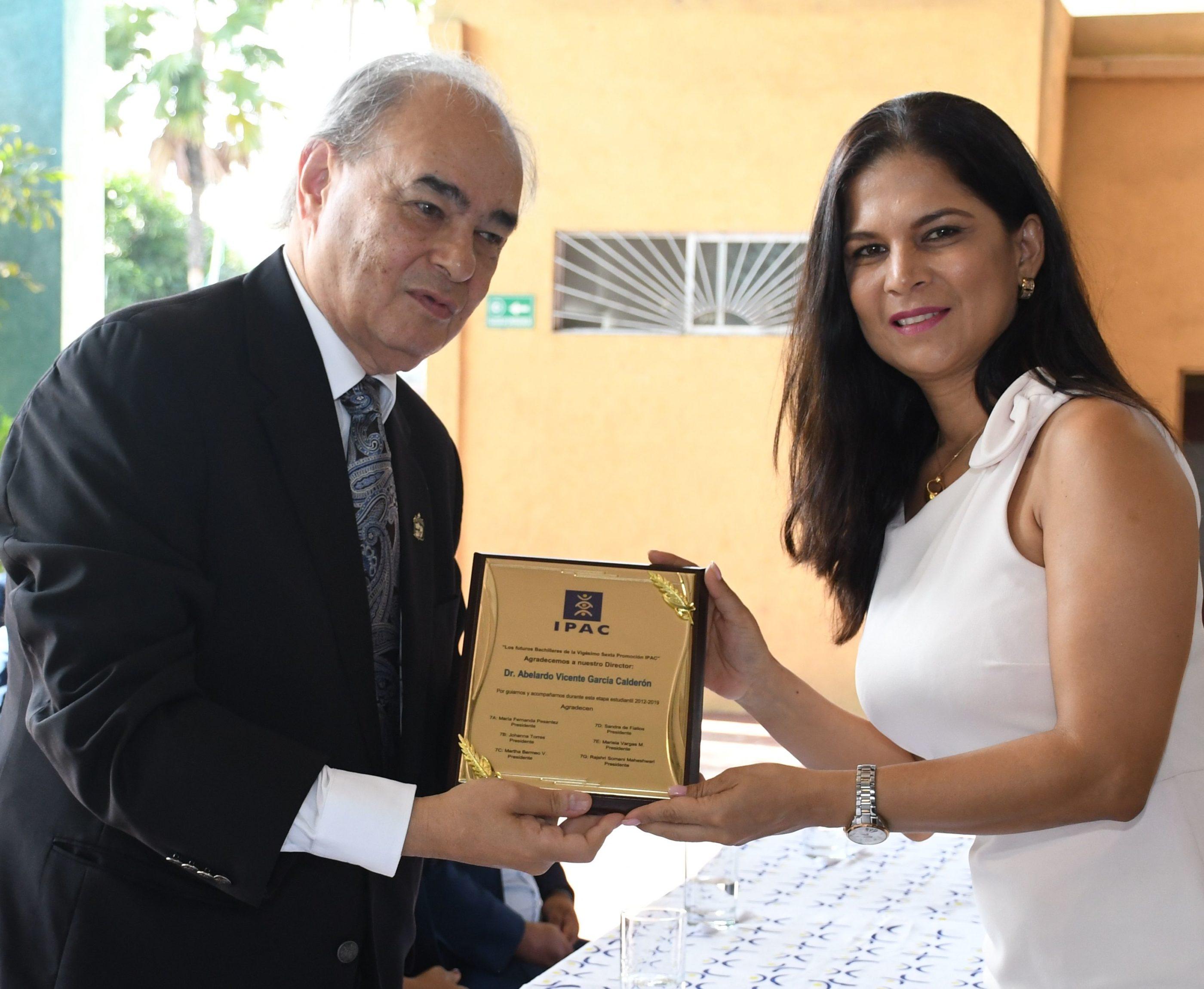 Entrega de reconocimiento al Director General Dr. Abelardo Garc°a por el ComitÇ de Padres de Familia realiz¢ la entrega Ing. Martha Bermeo Vallejo de UrgilÇs