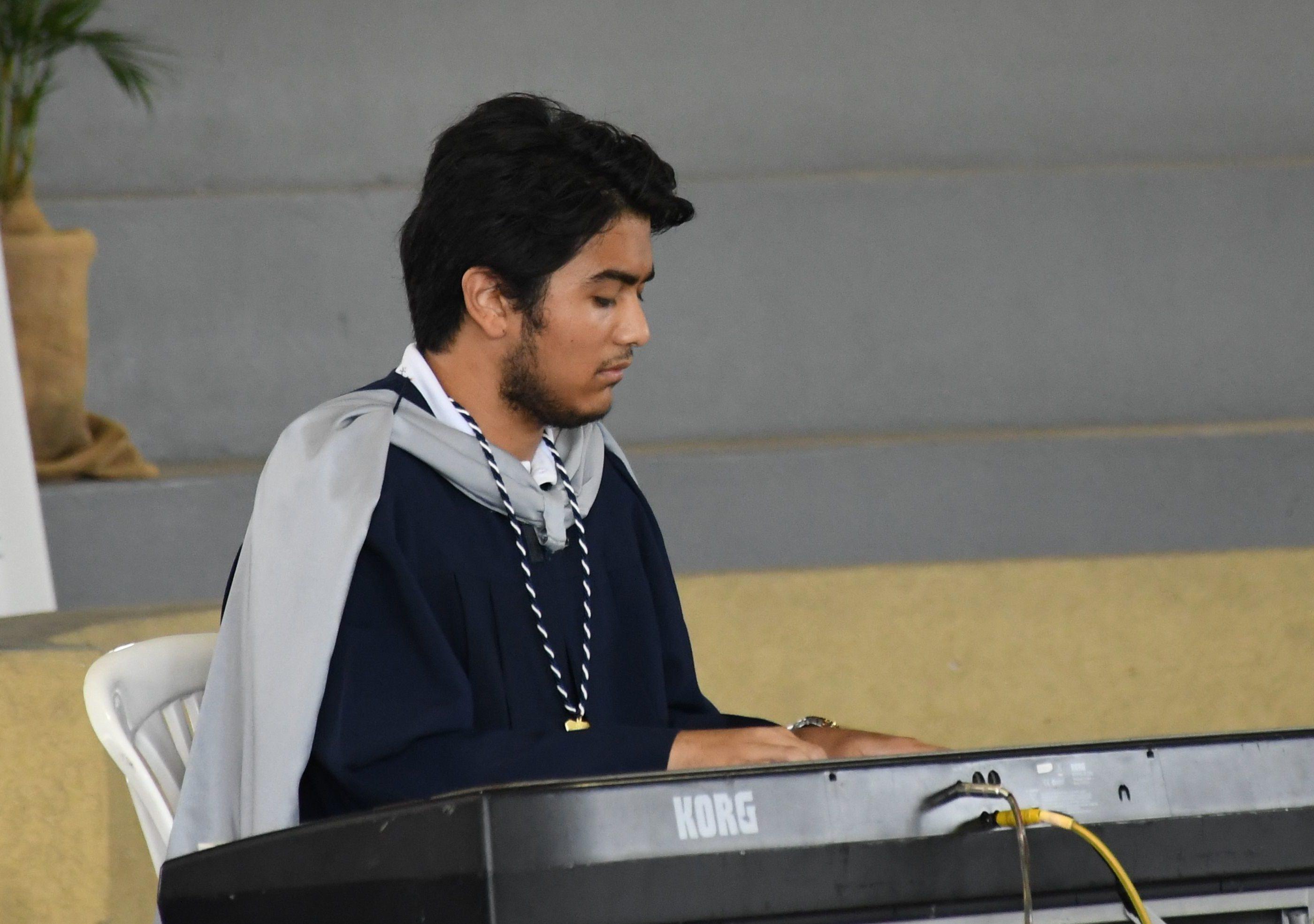 Participaci¢n Musical en piano por Mario Canessa