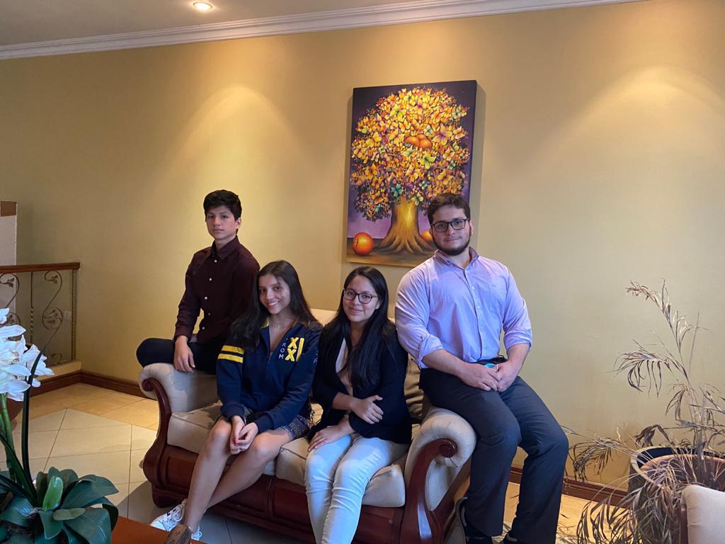 Ganadores de la final de la Liga de Debate Preuniversitario Ecuador
